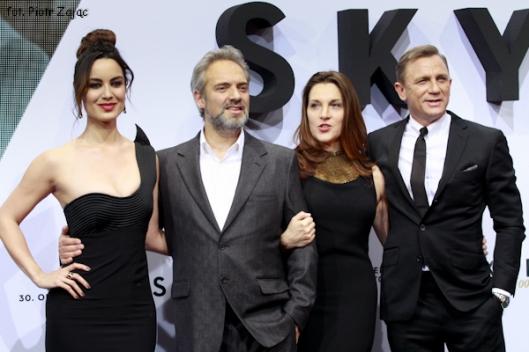 Berenice Marlohe, Sam Mendes, Barbara Broccoli i Daniel Craig na premierze filmu Skyfall w Berlinie