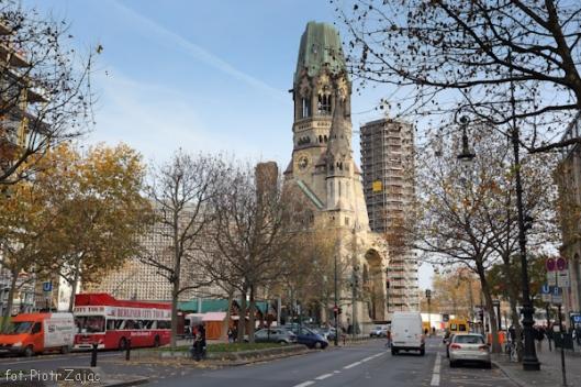 Ulica Kurfürstendamm Strasse z kościołem Pamięci Cesarza Wilhelma w tle w Berlinie