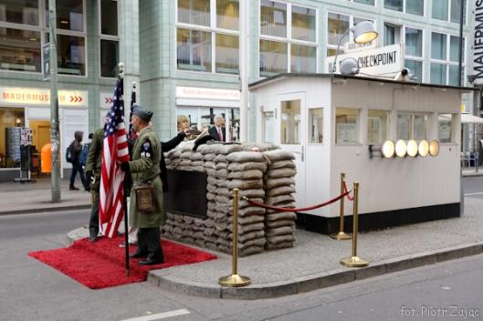 """Checkpoint Charlie w Berlinie - miejsce kręcenia sceny do filmu """"Ośmiorniczka"""""""
