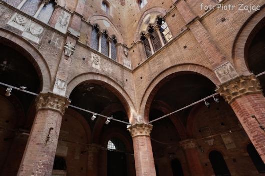 Dziedziniec w Palazzo Pubblico w Sienie, we Włoszech