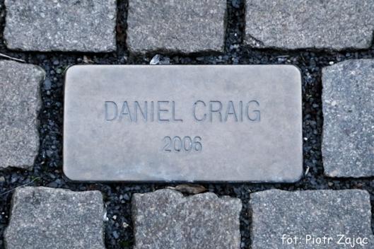 Tabliczka pamiątkowa z nazwiskiem Daniela Craiga przed Grandhotel Pupp w Karlowych Warach, w Czechach